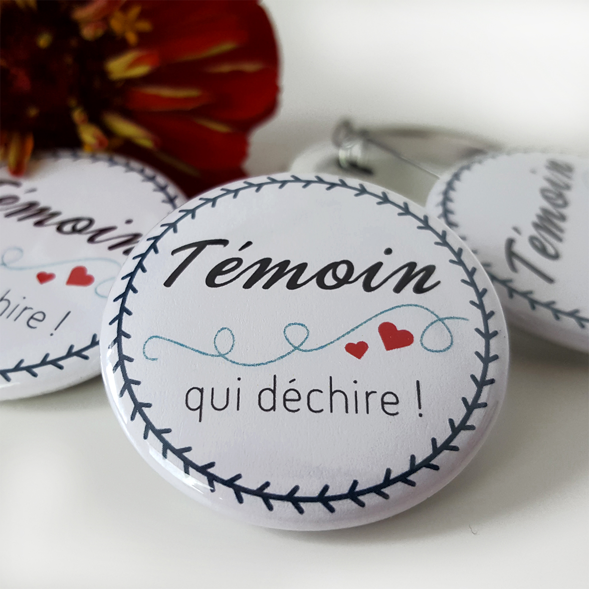 badge t moin de mariage bleu blanc rouge joli badge. Black Bedroom Furniture Sets. Home Design Ideas